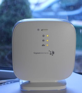 Die Basisstation, die an den Internet-Router angeschlossen wird, stellt das Herzstück von Gigaset elements dar. (c) 2014 Uwe Fischer