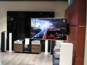 Mit Hilfe eines motorisierten Schwenkarms wird der Fernseher in die Mitte des Raumes bewegt. (c) 2014 Uwe Fischer