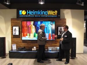 Thomas Chuchlik (rechts),  Geschäftsführer der HeimkinoWelt, und Uwe Fischer (links) diskutieren über die zukünftigen Entwicklungen auf dem Sektor Home Entertainment. Foto: Bettina Paur