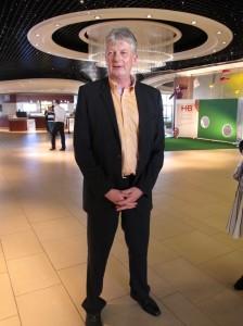 HB-Austria-Chef Christian Blumberger stellt auf der Roadshow unterschiedlichste Produkte vom Fernseher bis zur Waschmaschine vor.  (c) 2014 Uwe Fischer
