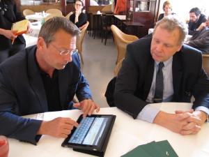 Josef Schneider (l.), Geschäftsführer von hpc Dual, und Michael Butz (r.), Geschäftsführer von A-Trust präsentieren gemeinsam die Verbindung von elektronischer Unterschrift, Briefbutler und e-Tresor. (c) 2014 Uwe Fischer