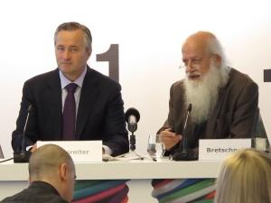 Dr. Hannes Ametsreiter, Generaldirektor A1 und Telekom Austria Group (l.) und Prof. Dr. Rudolf Bretschneider von GfK Austria präsentieren die Social Impact Studie 2014. (c) 2014 Uwe Fischer