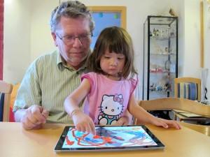 Der Surface 3 ist ein Universal-Tablet, das sowohl im Business-Alltag, wie auch daheim bestehen kann... Hier zum Beispiel als intelligente Maltafel für meine kleine Nachwuchs-Testerin. (c) 2014 Anni Chen-Fischer