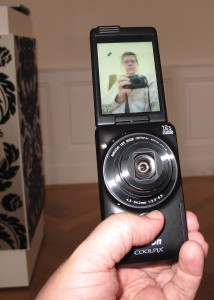 Ein Selfie mit der Selfie-Kamera - die Coolpix S6900 hat alles, was mal für coole Pics von sich selbst benötigt. (c) 2014 Uwe Fischer