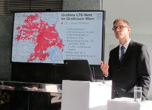 Drei CEO Jan Trionow präsentiert auf einer Landkarte, wie weit die LTE-Versorgung seines Unternehmens im Großraum Wien bereits reicht. Bis Ende 2015 soll eine österreichweite Netzabdeckung von 98 Prozent erreicht werden. (c) 2014 Uwe Fischer