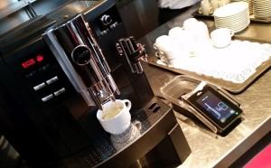 Mit einer von einem Kollegen ausgeborgten Chipkarte rückt die Kaffeemaschine dank Venen-Scan keinen Espresso heraus. (c) 2014 Uwe Fischer