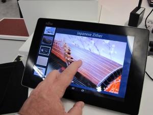 Auf dem haptischen Tablet von Fujitsu kann man den Bildschirminhalt nicht nur sehen, sondern auch fühlen. (c) 2014 Uwe Fischer