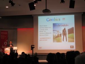 John Clippinger vom MIT präsentiert in Wien seine Vision der Gombies, die durch die Omnipräsenz des Internets eigenständiges Denken verlernt haben. (c) 2015 Uwe Fischer