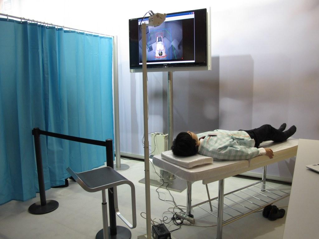 Eine Infrarot-Kamera überwacht den Patienten im Krankenhaus oder Pflegeheim und schlägt bei einem auffälligen Verhalten Alarm. (c) 2015 Uwe Fischer
