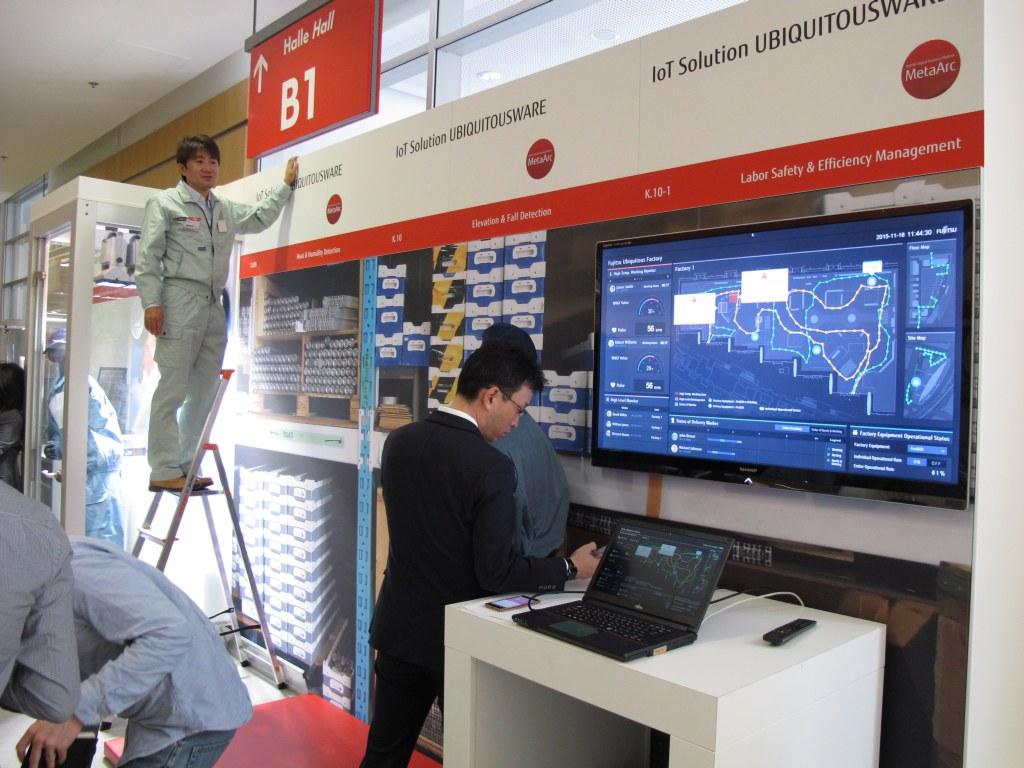 In einer simulierten Arbeitsumgebung wurde auf dem Fujitsu Forum 2015 gezeigt, wie der Mensch zu seiner eigenen Sicherheit in ein Netzwerk eingebunden werden kann. (c) 2015 Uwe Fischer