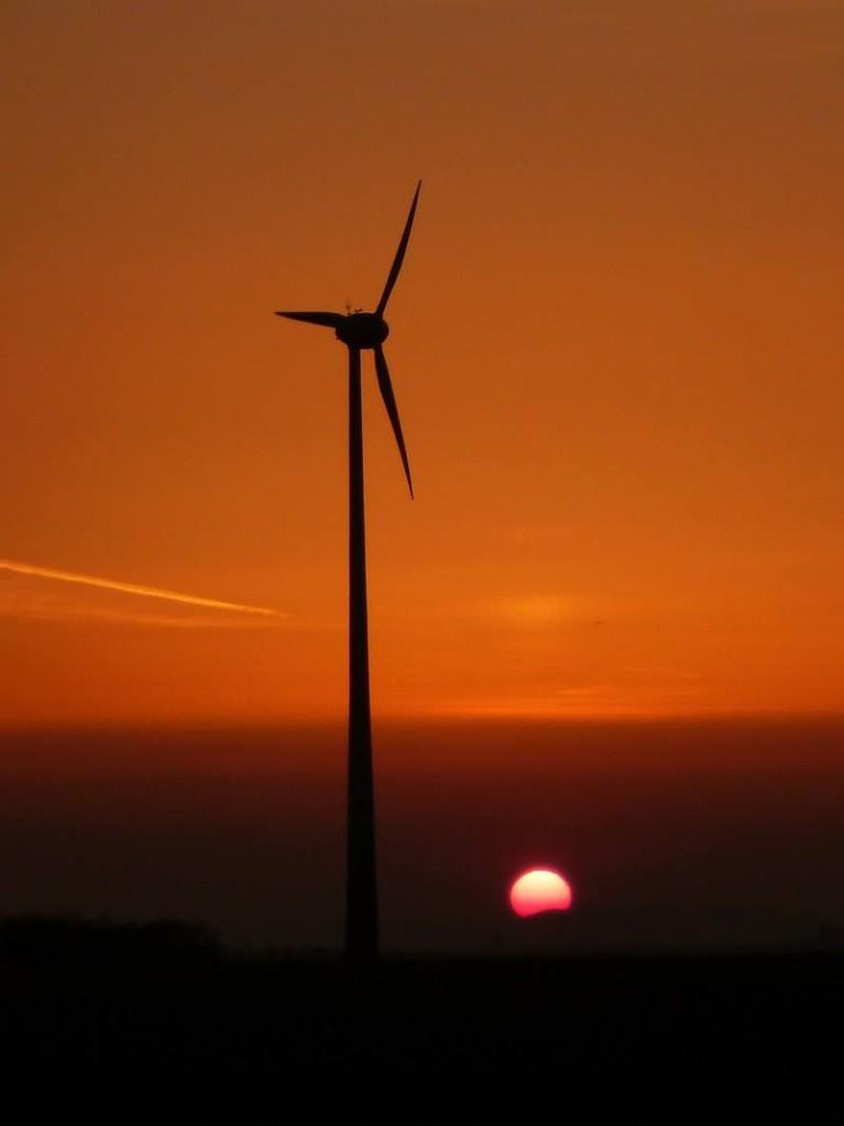 """Sonne und Wind - zwei wichtige Energiequellen der Zukunft. Mit den Experimentierkästen zum Thema """"Erneuerbare Energie"""" lernen Kinder auf spielerische Weise, die der Strom in die Steckdose kommt. (c) 2014 Uwe Fischer"""
